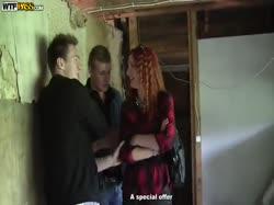 скриншот для Парни привели деваху на стройку и отымели ее